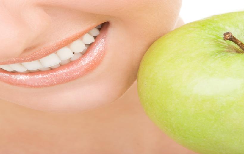 ¿Cómo mantener los implantes dentales?