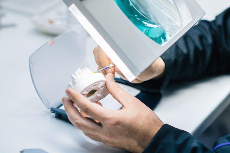 Reparación de una prótesis dental