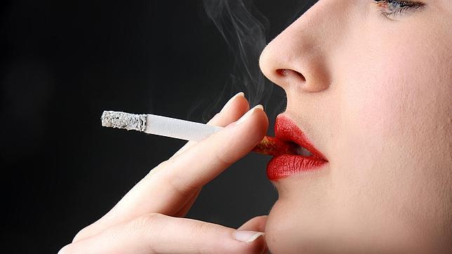 Fumar oscurece el blanco de los dientes